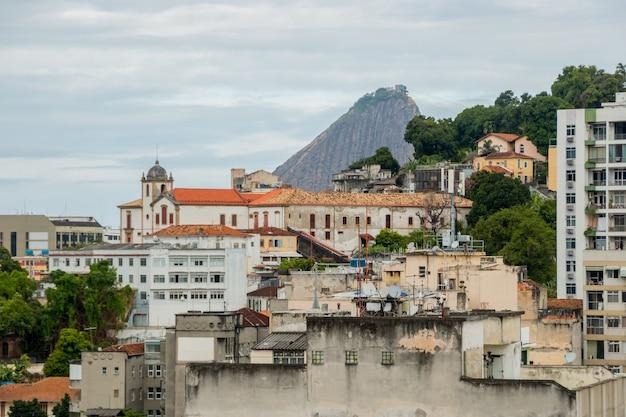 Quartier de santa teresa vu du centre-ville de rio de janeiro au brésil.