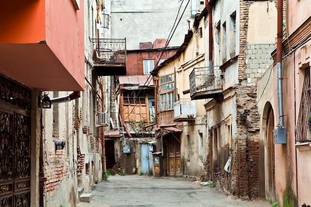 Quartier avec de vieilles maisons en ruine à tbilissi, géorgie