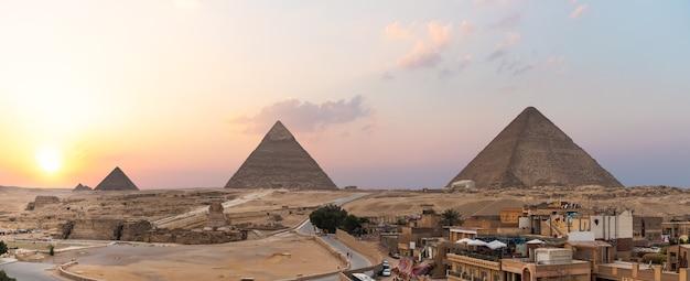 Quartier vivant de gizeh en face des grandes pyramides, le caire, egypte.