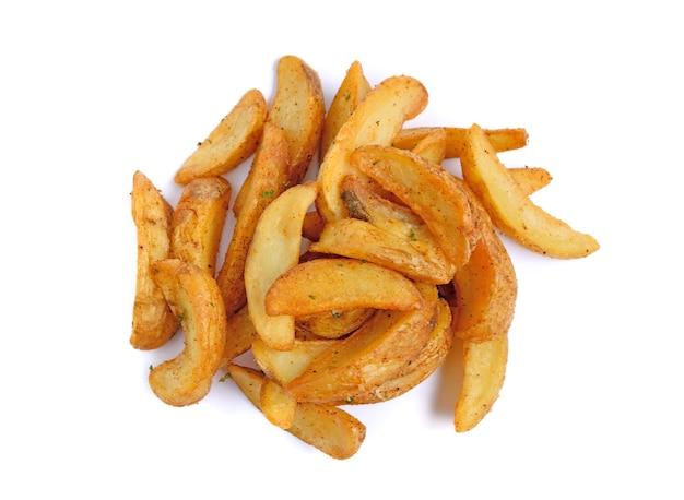Quartiers de pommes de terre frites isolés sur blanc