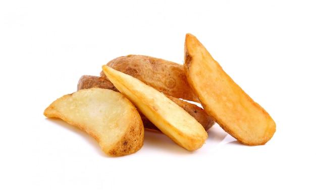 Quartiers de pommes de terre frits isolés