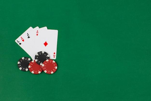 Quatre as et jetons de poker