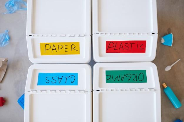 Quatre bacs en plastique étiquetés pour le stockage et le tri des déchets à domicile