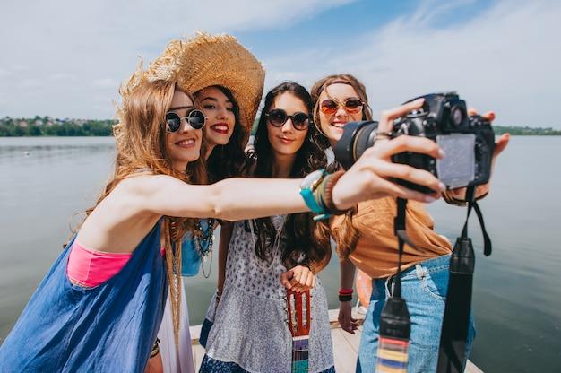 Quatre belle fille hippie photographiée sur le quai