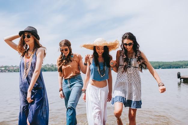 Quatre belles amies sur le quai