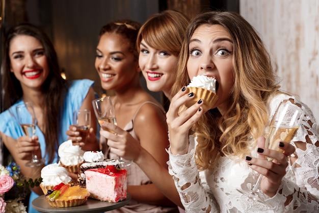 Quatre belles filles se reposant à la fête.