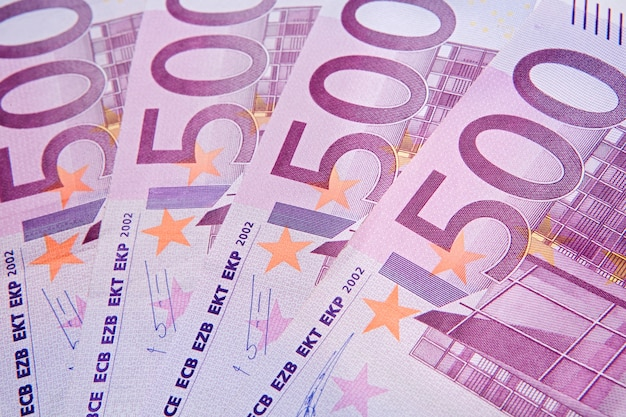 Quatre billets de cinq cents euros