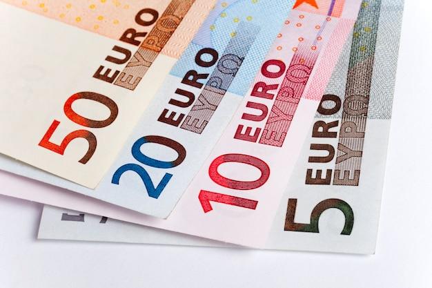 Quatre billets en euros différents se trouvent l'un sur l'autre