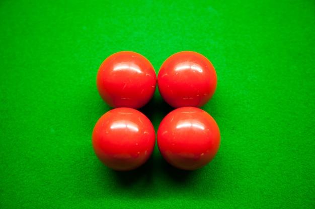 Quatre boules rouges et snook.