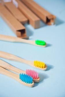 Quatre brosses à dents colorées eco bamboo kid sur la surface bleue