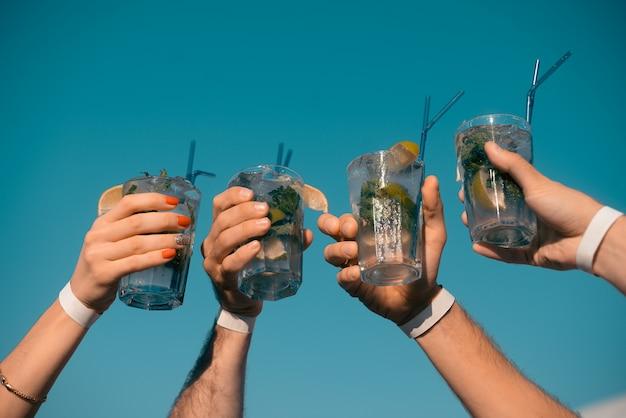 Quatre cocktails mojito en mains