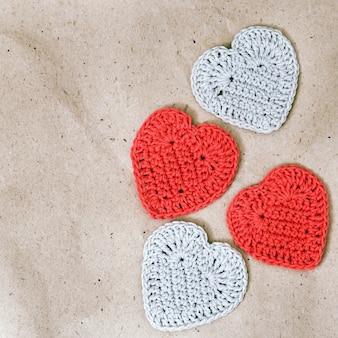 Quatre coeur tricoté sur du papier d'emballage