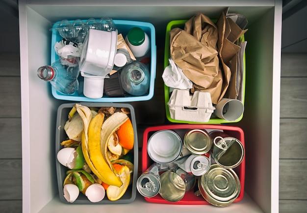 Les quatre conteneurs différents pour le tri des ordures. pour les déchets plastiques, papiers, métaux et organiques