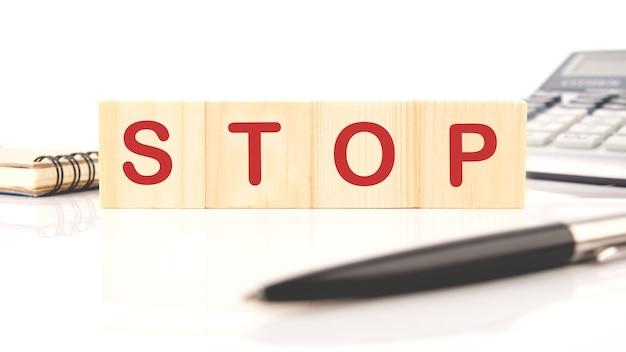 Quatre cubes en bois avec le mot stop