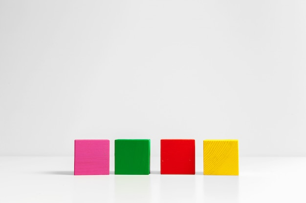 Quatre cubes en bois sur la table
