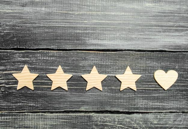 Quatre étoiles et un coeur sur un fond sombre. sélection des clients utilisateurs.