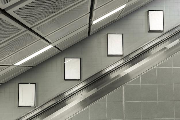 Quatre gros panneau d'affichage vide à l'escalator.
