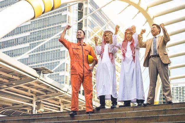 Quatre ingénieur en construction travaillant sur un chantier de construction