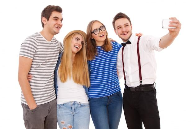 Quatre jeunes stylés sur fond blanc