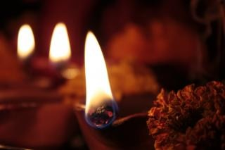 Quatre lampes de terre (diya) sur diwali