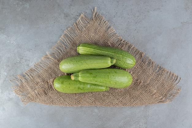 Quatre légumes frais de courgette sur un sac. photo de haute qualité