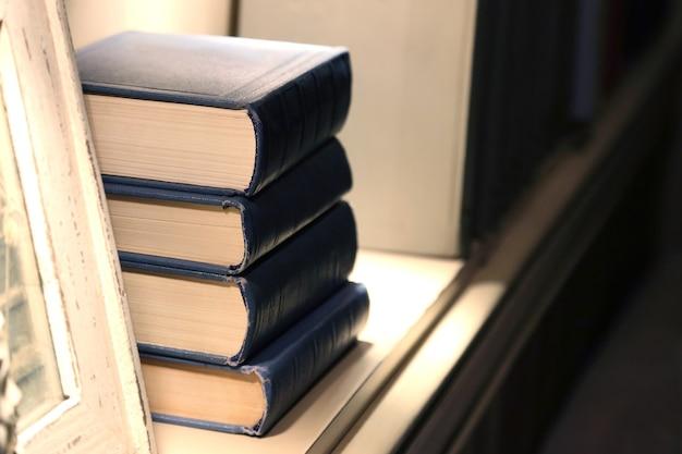 Quatre livres épais se trouvant sur l'étagère