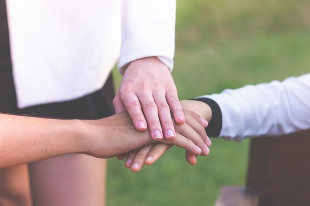 Quatre main ensemble en réunion d'affaires pour le concept d'équipe