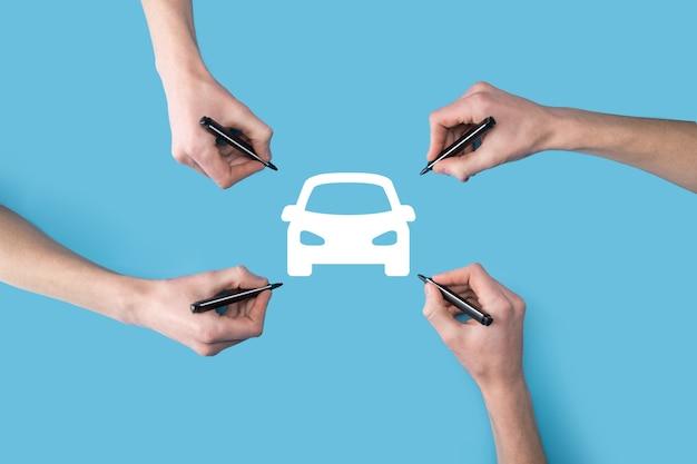 Quatre mains dessinent une icône de voiture avec un marqueur.