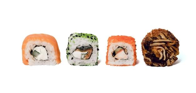 Quatre makis rolls d'affilée avec saumon et concombre
