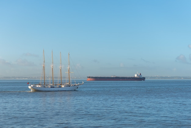 Quatre mâts voilier et cargo en mer