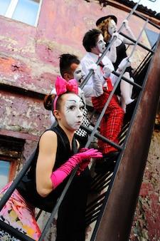 Quatre mimes dans les escaliers dépeignent des émotions