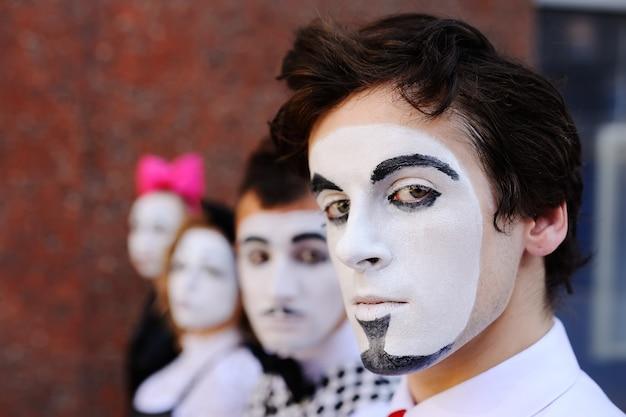 Quatre mimes nous attendent. profil mime