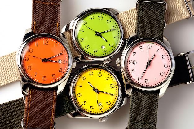 Quatre montres colorées