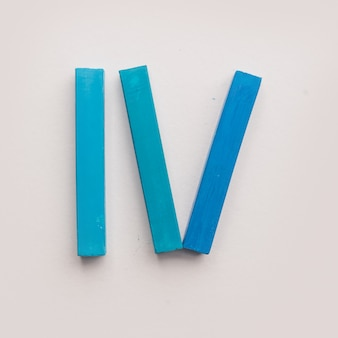 Quatre morceaux de craies de crayon pastel bleu