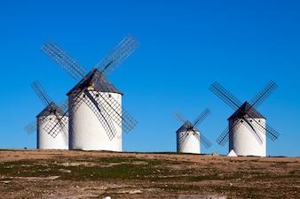 Quatre moulins à vent dans le champ