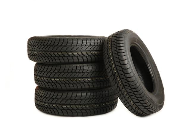 Quatre nouveaux pneus noirs isolés