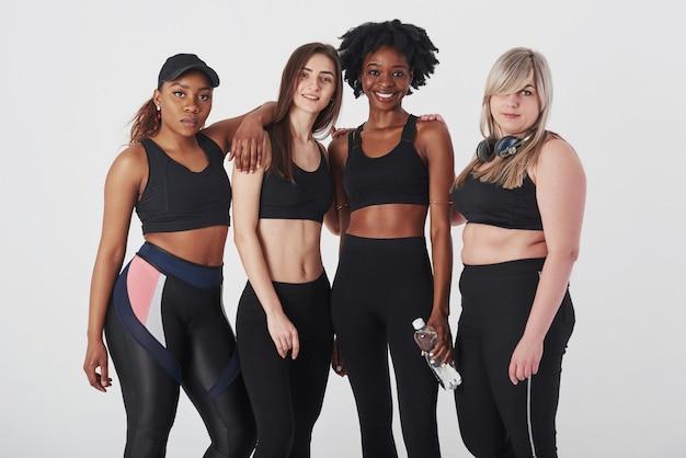 Quatre personnes. groupe de femmes multiethniques debout