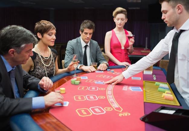 Quatre personnes jouant au poker