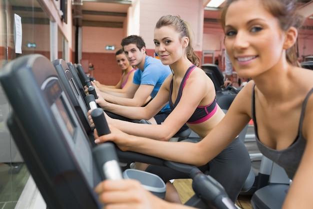 Quatre personnes qui travaillent sur des vélos d'exercice