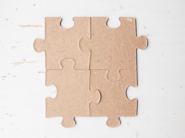 Quatre pièces de puzzle se bouchent