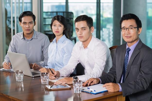 Quatre réunion tenir hommes d'affaires dans office