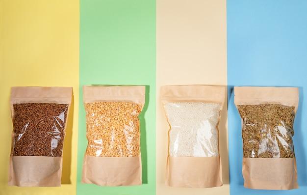 Quatre sacs en papier avec des gruaux