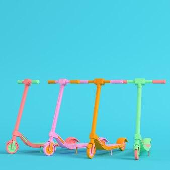 Quatre scooters colorés sur fond bleu vif