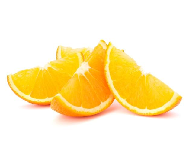 Quatre segments de fruits orange ou troussequins isolés sur fond blanc découpe