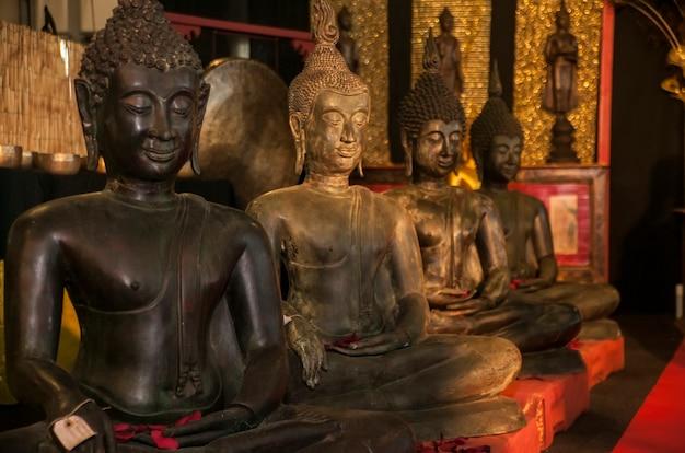 Quatre statues de bouddha en position de méditation expression d'une culture