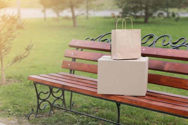 Quatre tasses de café sur un banc à l'extérieur