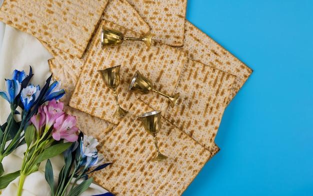 Quatre tasses pour le vin avec la matsa juive orthodoxe fêtes de pâque