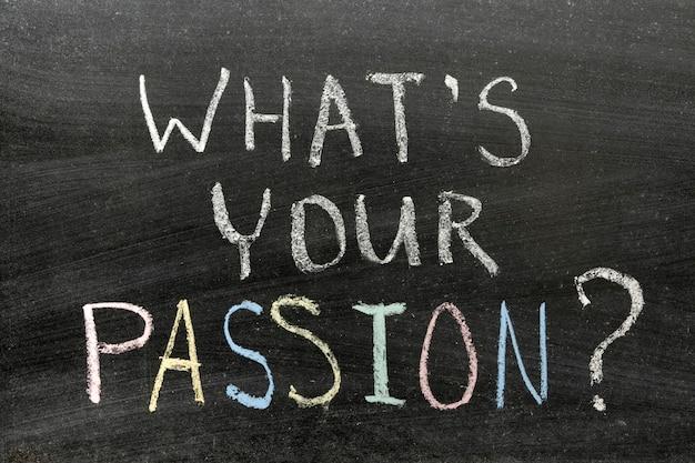 Quelle est ta passion? phrase manuscrite sur tableau par des craies de couleur
