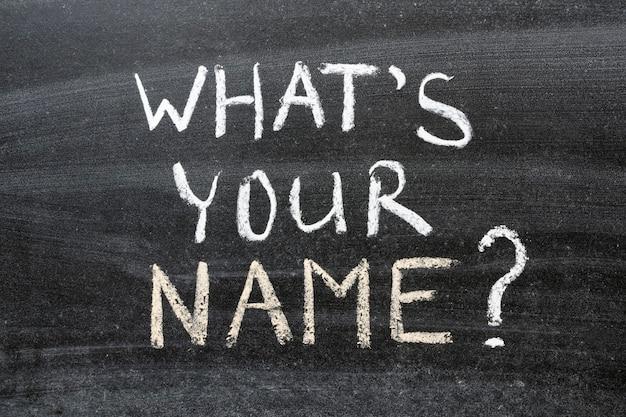 Quelle est votre question de nom écrite à la main sur le tableau noir de l'école