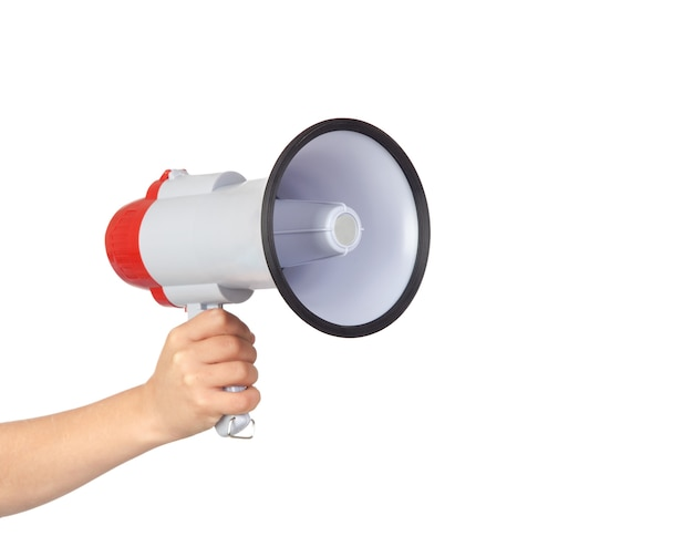 Quelqu'un avec un mégaphone pour proclamer quelque chose isolé sur fond blanc